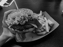 Buďme deti hamburgerov: trh nás robí lepšími a socializmus naopak